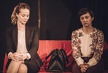 Olivia Schneider und Valentina Werner in DER GOTT DES GEMETZELS von Yasmina Reza